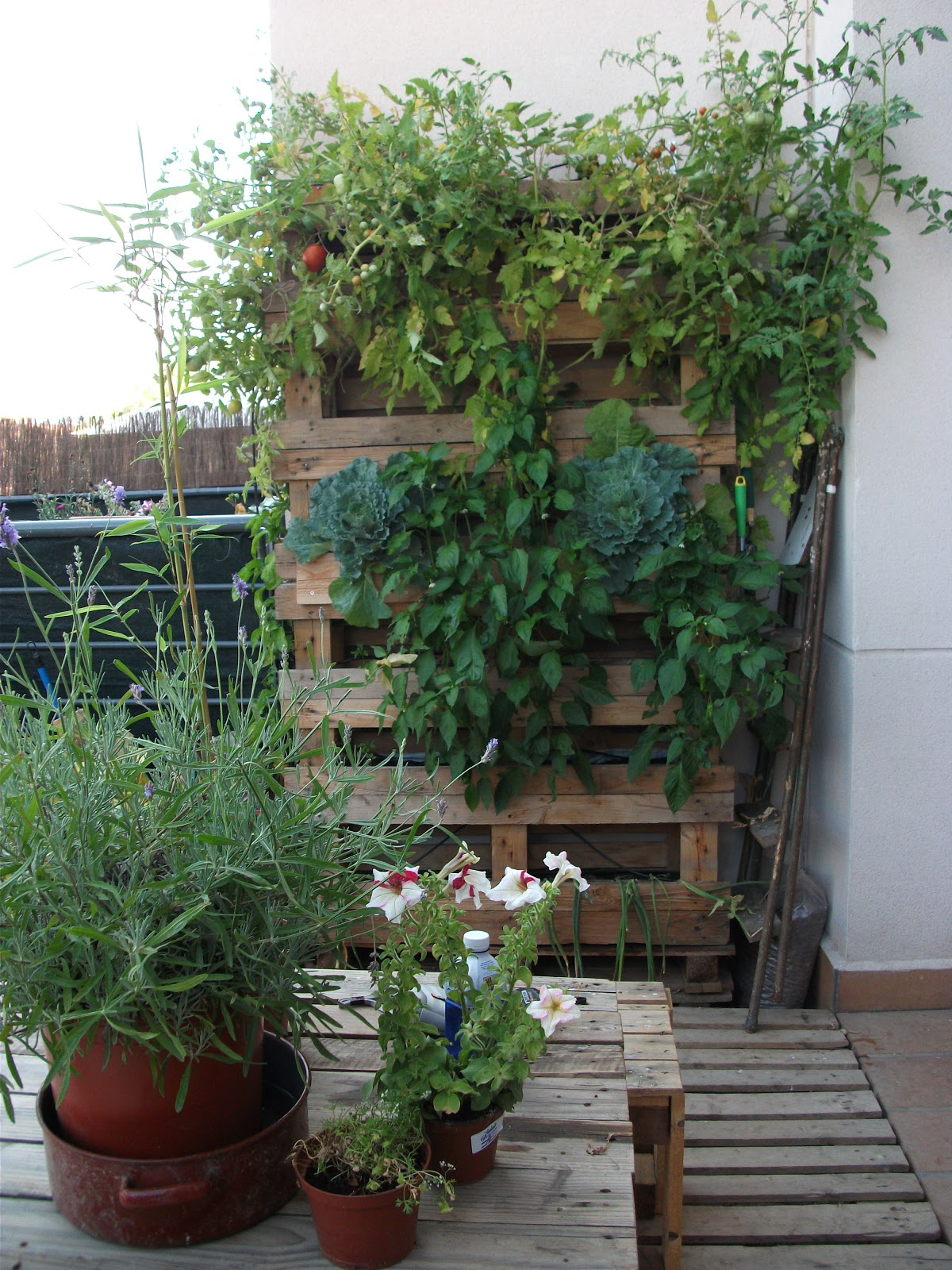Renovarte con palets para el jardin y huerto for Balancines de madera para jardin