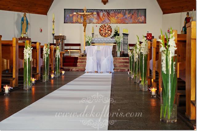 Biała dekoracja ślubna kościoła z gladioli i biały dywan opolskie