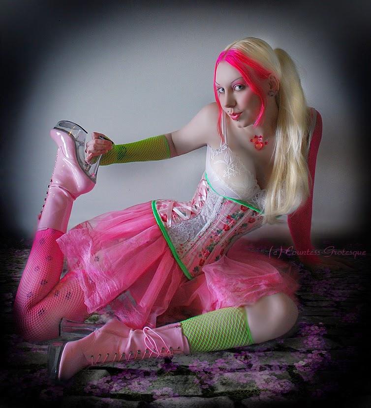 photo de cosplay féminin sexy d'une lolita rose en bustier et talons hauts