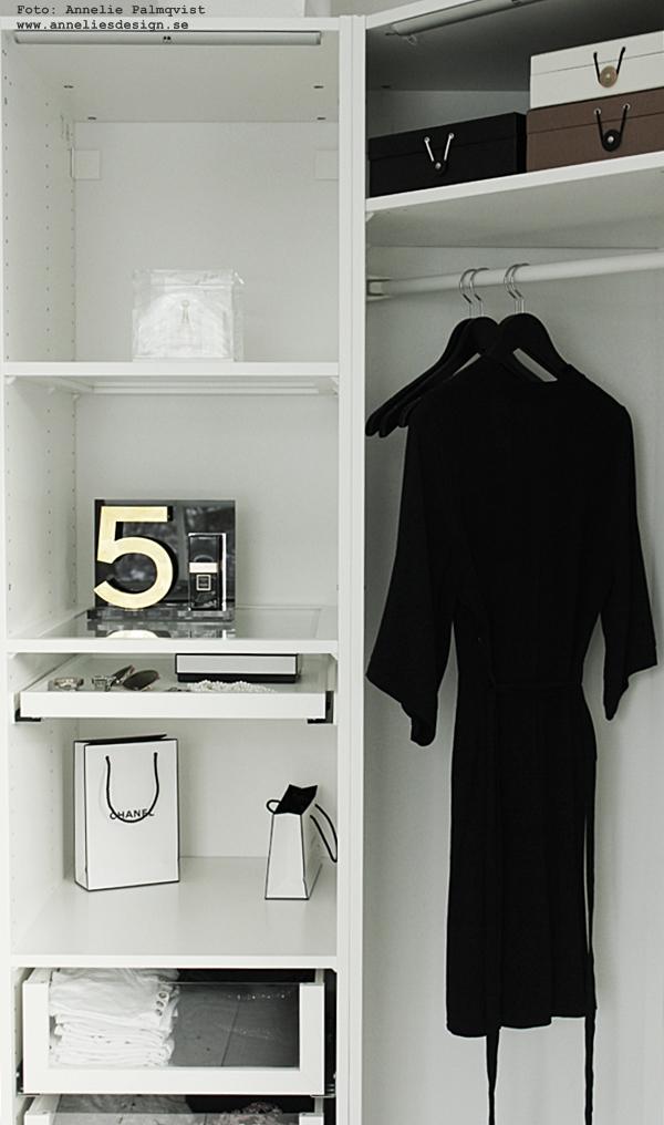 chanel, nummer 5, svart och vitt, walk in closet, wic, svartvit, svartvita, ikea, pax, hyllsystem, garderob, garderober, inredning, kläder, klänning, klänningar, svarta galgar, galge, papperspåse, papperspåsar, inredning,