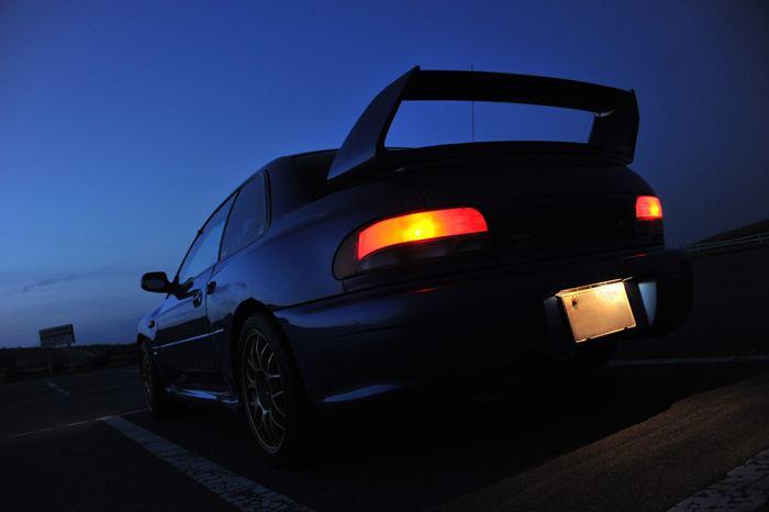 Subaru Impreza GC, japoński sportowy samochód, motoryzacja, jdm, zdjęcia, fotki, photos, tuning, nocna fotografia, samochody nocą, po zmroku, auto, sedan, boxer, kultowy, znany, legendarny, rajdy, wrc