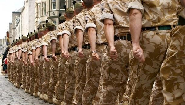Por que os soldados marcham em uníssono?