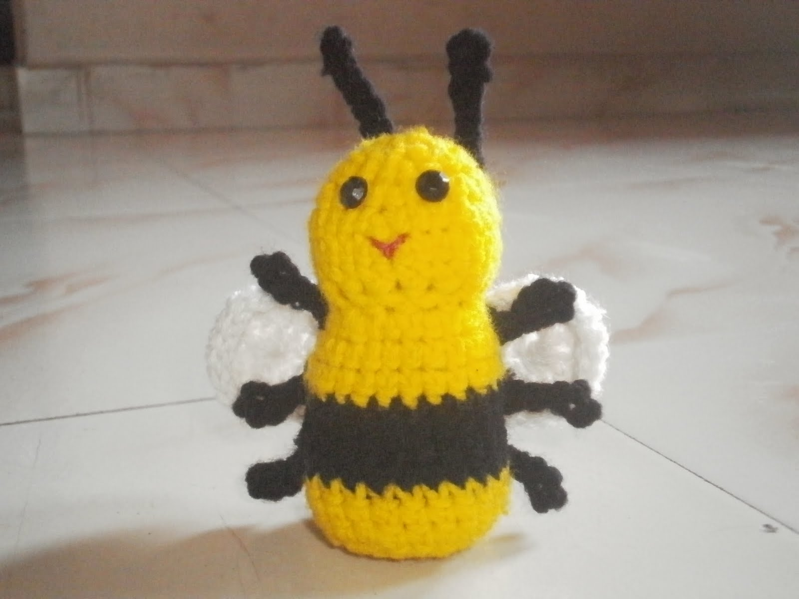 Maha arts crafts bumble bee for Plastic bees for crafts