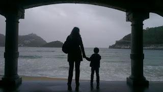 Criar hijos sin pareja, una carrera de obstáculos con pocas ayudas públicas