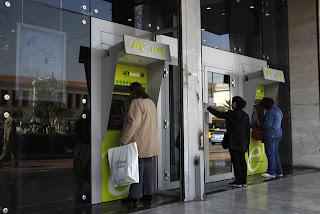Crise e pânico: Temor de saída do euro leva gregos a sacarem reservas bancárias