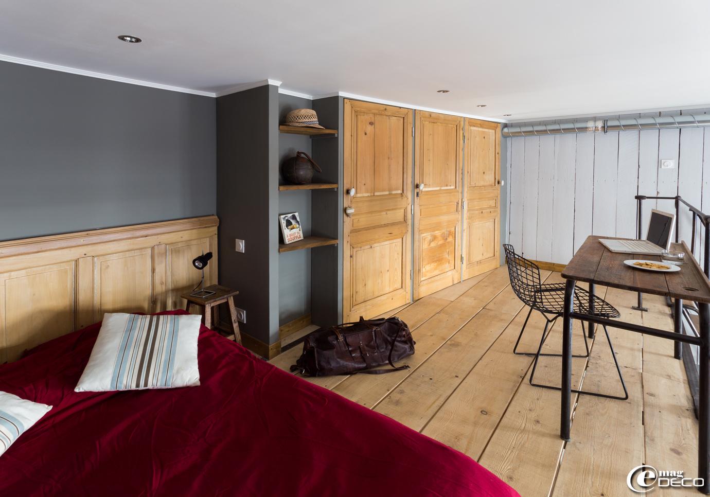 Dans une chambre en mezzanine, les façades de placard sont réalisées à partir de vieilles portes à panneaux recoupées
