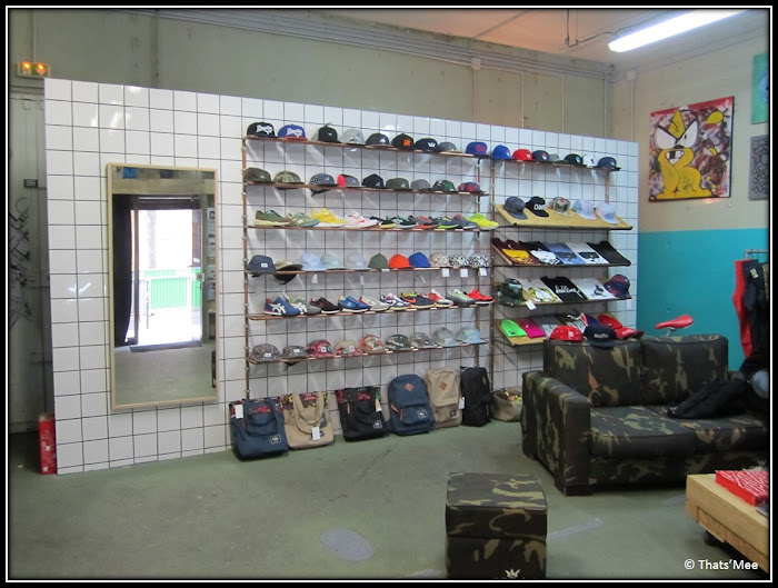Black Rainbow Paris streetwear rue des Archives sneakers shop casquettes, boutique Black raibow déco canapé militaire