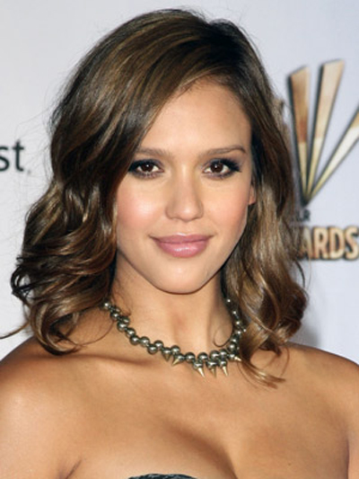 Jessica Alba's golden highlights and slightly wavy 'do are the perfect complement to her smoky eyes and pink pout.