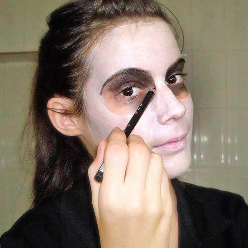 monika sanchez de guapa al instante maquillandose de calavera