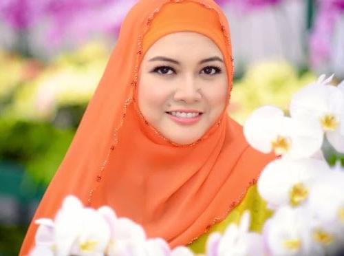 Gambar terkini Permaisuri Siti Aishah hiasi majalah Nona