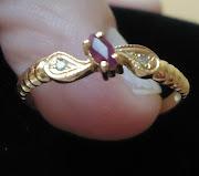 O prêmio é um lindo anel de ouro com brilhantes e rubi.
