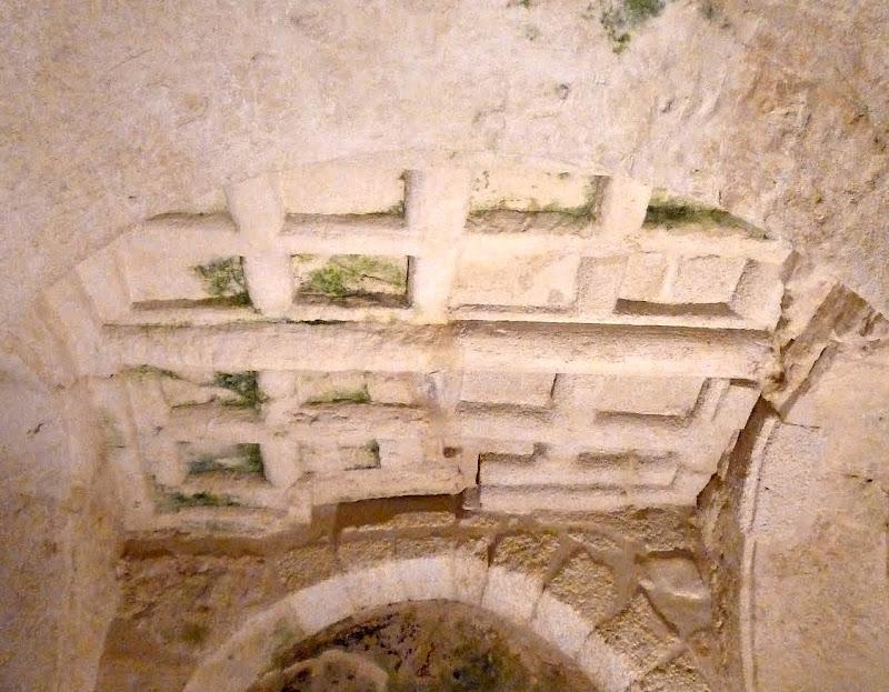 Details der Kassendecke in der Krypta San Salvatore in Giurdignano