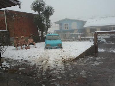 Trio flagrado só de bermudas na neve em Caxias do Sul_03