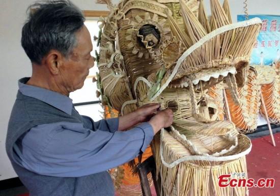 Κινέζος καλλιτέχνης κατασκεύασε έναν δράκο με 83.600 κομμάτια άχυρου