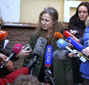 Integrantes do grupo Pussy Riot são libertadas na Rússia