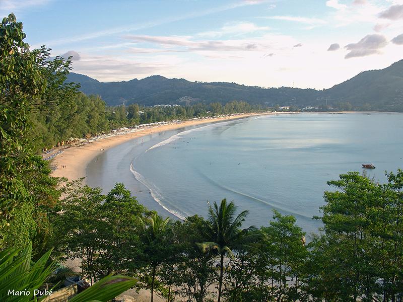 Vue plongeante sur la plage de Kamala à Phuket
