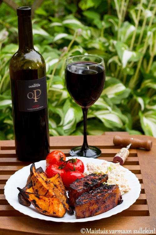 Porsaan grillikylki punaviini bbq-kastikkeessa & grillatut bataattilohkot ja terttukirsikkatomaatit