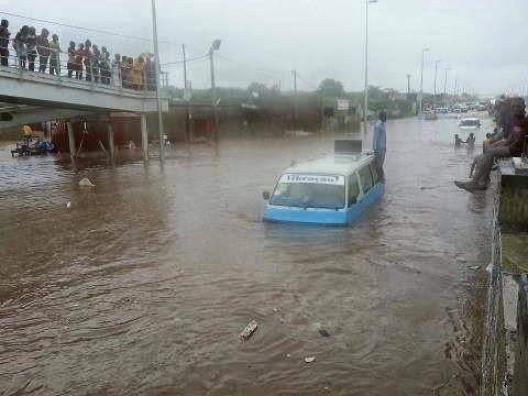 Luanda. Ruas sem esgotos