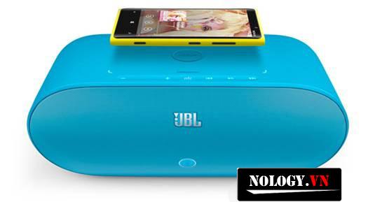 Nokia Lumia 820 vừa sạc vừa phát nhạc cùng với loa sạc không dây JBL