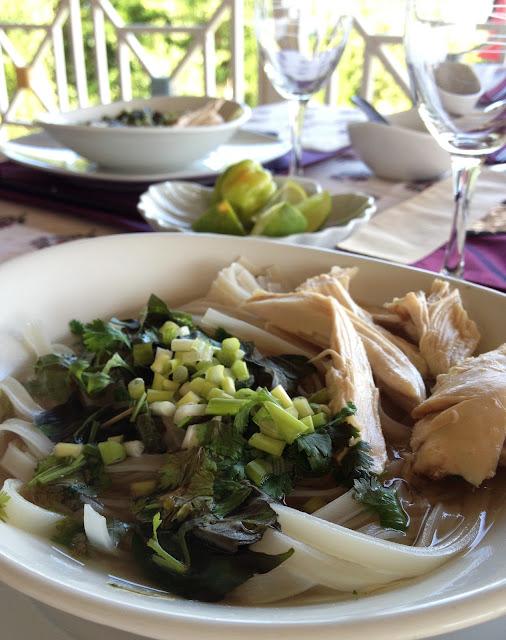 soupe, poulet, cuisine vietnamienne, sweet kwisine,coriandre, basilic