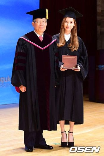 SNSD Seohyun graduates and receives Achievement Award from Dongguk University