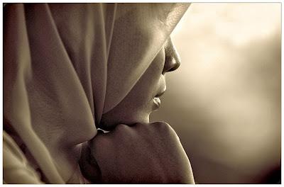 perempuan kecewa, termenung