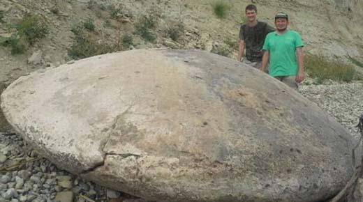 Enorme piedra en forma de platillo volante encontrado en Rusia