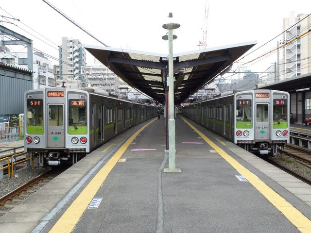 京王電鉄 急行 高尾山口行き6 10-000形230Fと240Fの並び