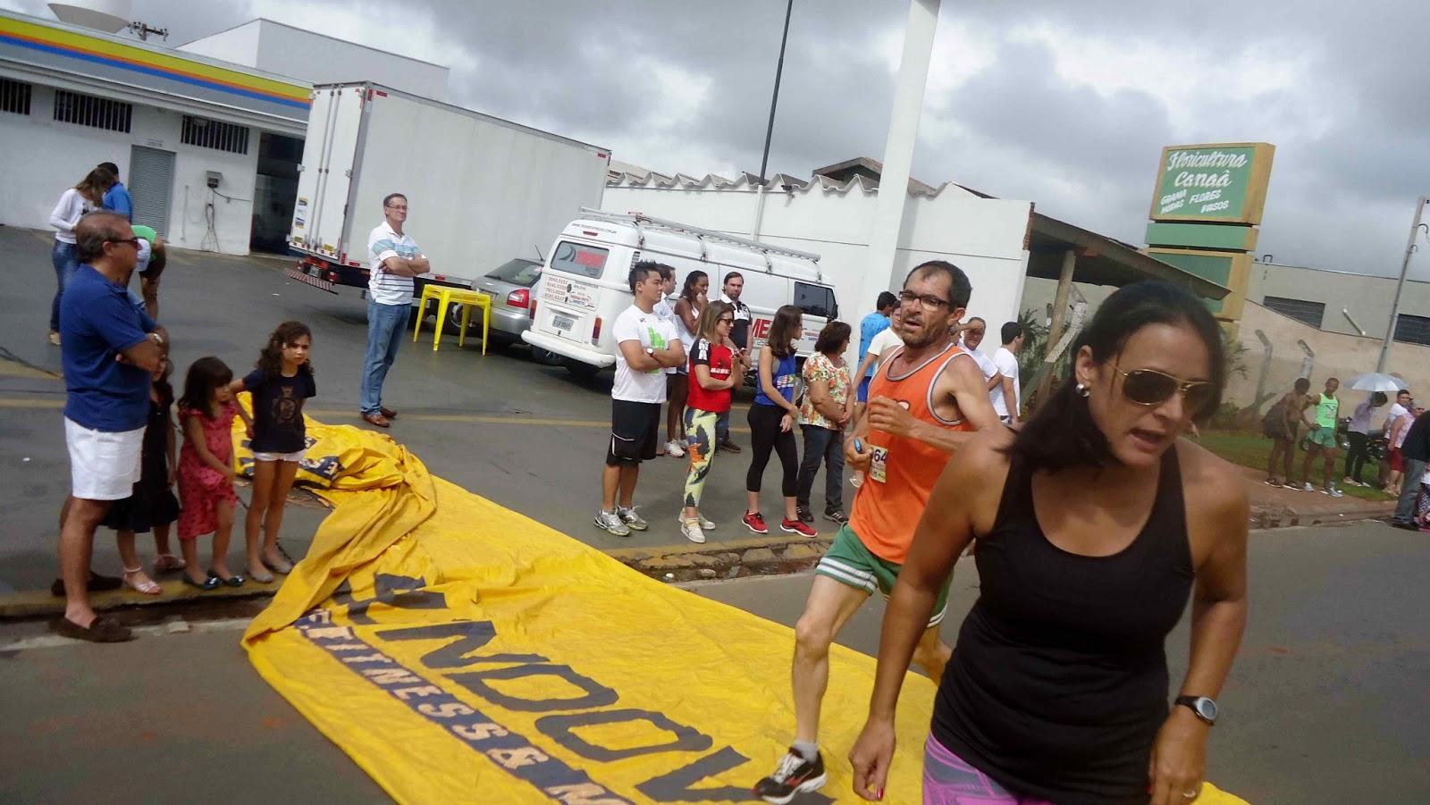 Foto 150 da 1ª Corrida Av. dos Coqueiros em Barretos-SP 14/04/2013 – Atletas cruzando a linha de chegada