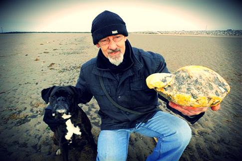 WILMAN dan anjingnya menemui ambergris yang bernilai tinggi ketika berjalan-jalan di sebuah pantai.