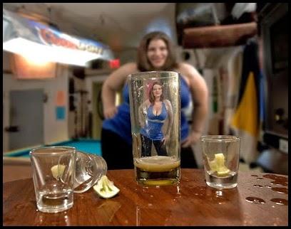 Chica tomando un selfie frente a un vaso.