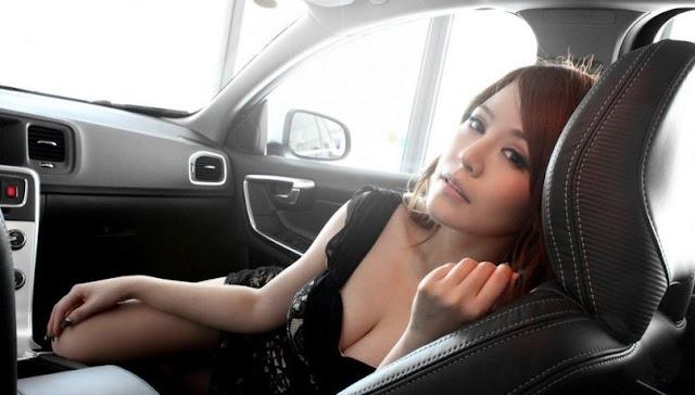 китаянка в салоне автомобиля