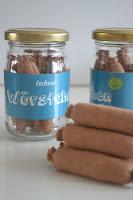 http://klitzekleinchen.blogspot.de/2015/08/wurstchen-im-glas-fur-den-kaufladen.html