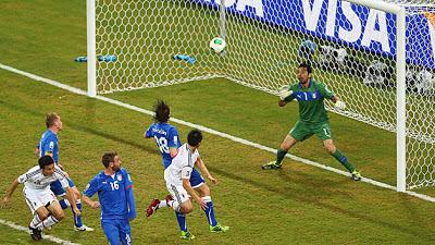 Gol Okazaki ke gawang Italia yang dijaga Buffon