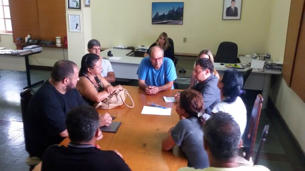 Representantes da Secretaria de Turismo com trabalhadores dos quiosques do Soberbo