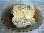 Vargabéles, túrós sütemény, metélt tésztás zsemlemorzsás tehéntúrós masszával, vanília ízű öntettel tálalva.