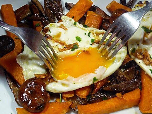 Huevos estrellados con níscalos y patatas