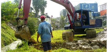 Excavator mempersiapkan area proyek