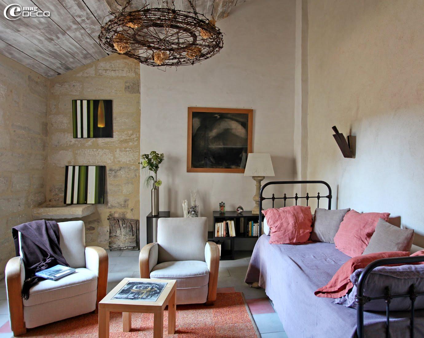 Dans le salon de Chantal Lessieu, décoratrice à Uzès, un ancien lit en fer se transforme en canapé et une vieille bêche rouillée, chinée aux Puces d'Anduze, se détourne en applique