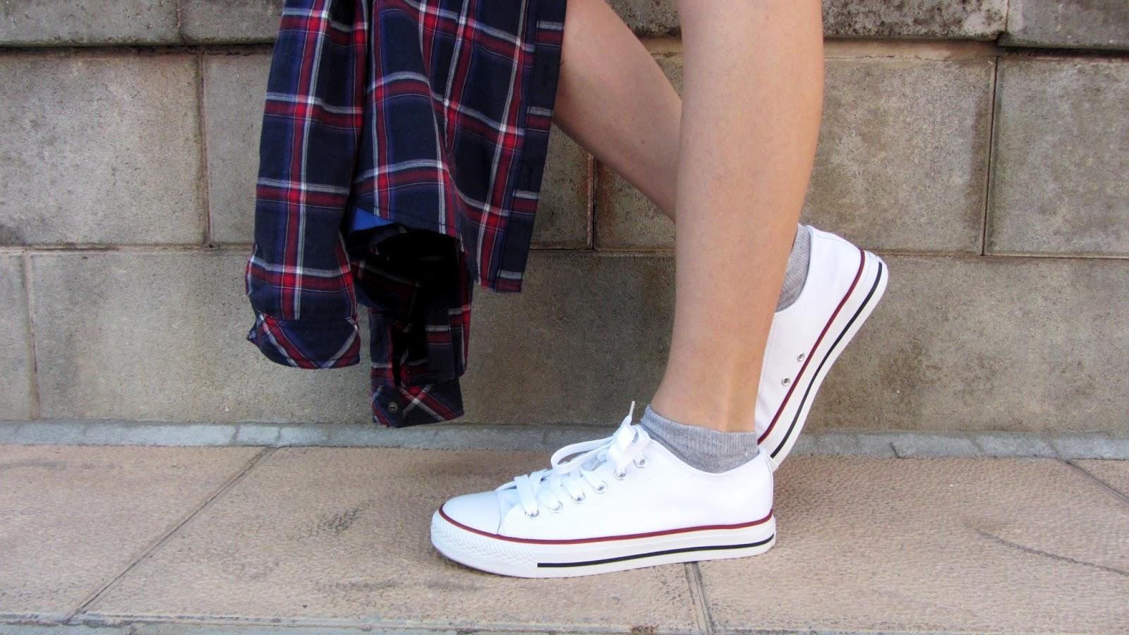 moda-verano-converse-blanco-camisa-cuadros
