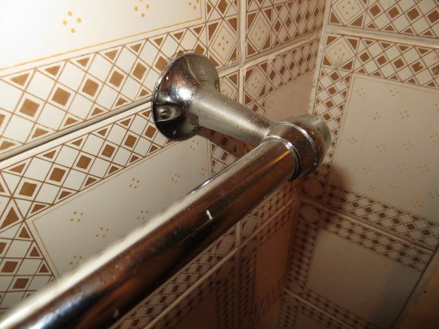 Corrimão metálico de casa de banho e azulejos, fotografia macro