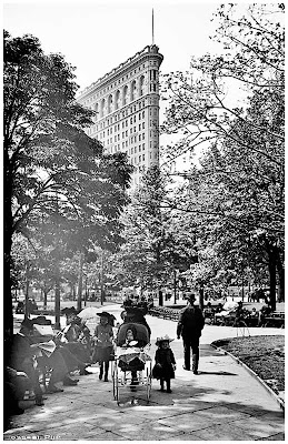 New York, Flatiron Building from Madison Square Park. between 1902 and 1910