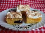Habos szilvás barackos lepény, kevert tésztájú sütemény, tojásfehérje habbal a tetején.
