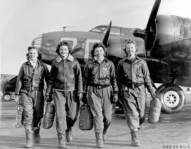 52 photos of women who changed history forever - Female pilots leaving their B-17,