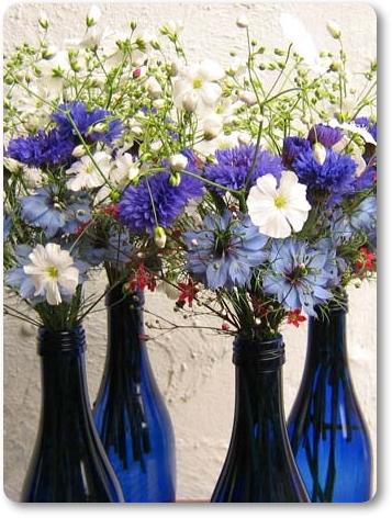dukning blå och vit, midsommar dukning, midsommardukning, blåa glasflaskor, dukning flaskor
