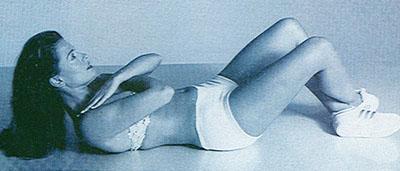Ćwiczenia na płaski brzuch bez przyrządów. Spinanie brzucha z ugiętymi nogami.