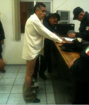 Jesús de Nazaret arrestado por autoridades romanas, y declarando en el miniesterio público con los pantalones abajo | Ximinia