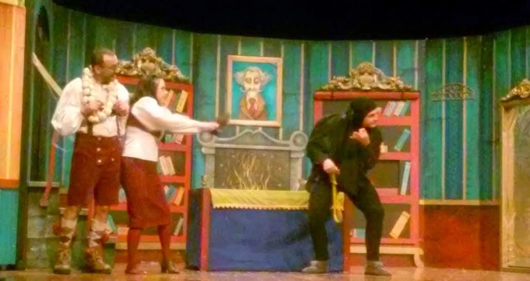 """O martes, iniciamos o 3º trimestre cunha agradable actuación, o grupo Ghadafellos representou para nós a divertida obra de teatro titulada """" Frankenstein, treme o misterio"""". Ademais de resultarnos moi entretida, captamos a mensaxe que leva a obra:"""" Non debemos tratar a ninguén de maneira  DIFERENTE, nen sequera de forma ESPECIAL; debemos tratar a tod@s por IGUAL"""""""