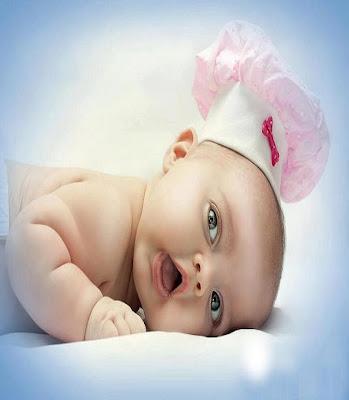 des très beaux yeux gris d'un bébé fille