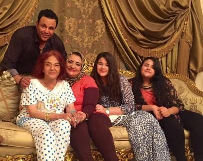 شاهدوا لأول مرة صور تجمع محمد فؤاد وزوجته وبناته